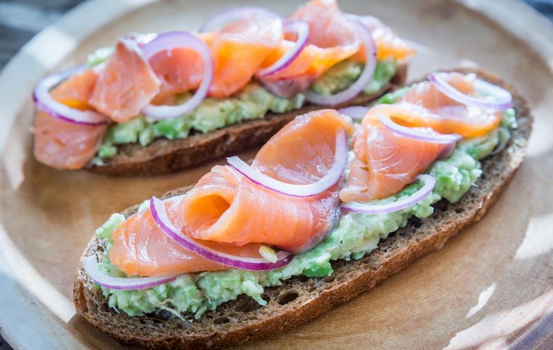 Broodje met avocado en gerookte zalm