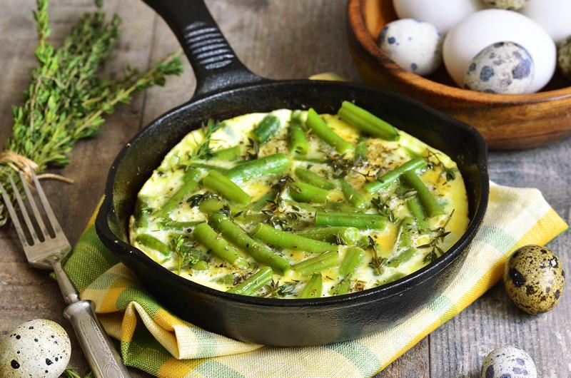Groente omelet met groene asperges