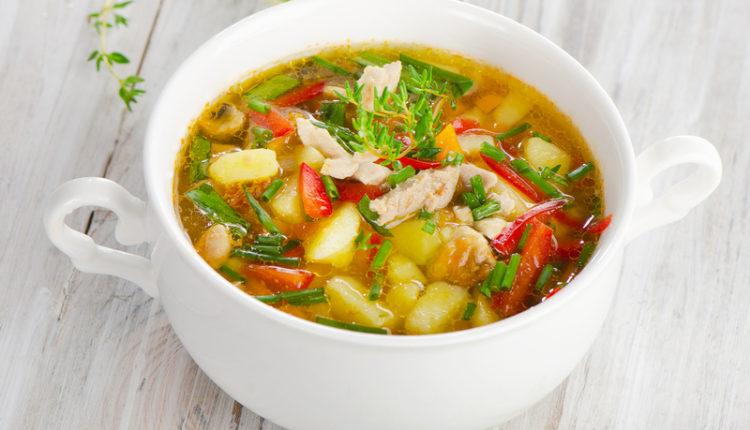 Snelle kippensoep boordevol groenten