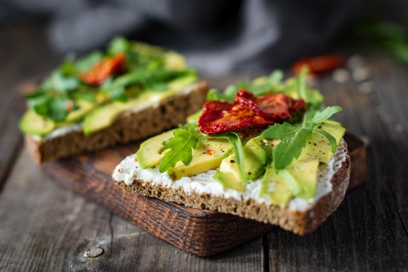 Toast met geitenkaas en avocado