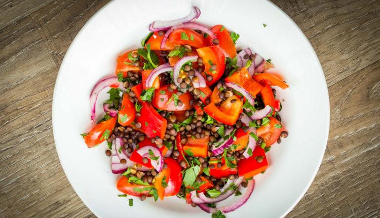 Tomatensalade met linzen en rode ui