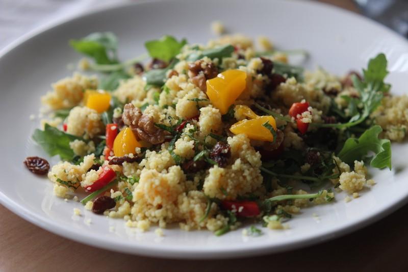 Couscous salade met rozijnen en perzik
