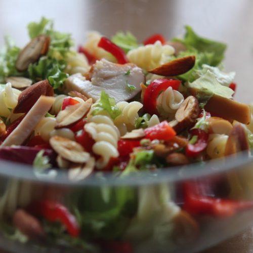 Pasta salade met gerookte kip en amandel