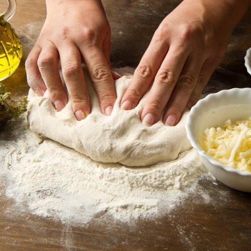 Zelf pizzadeeg maken