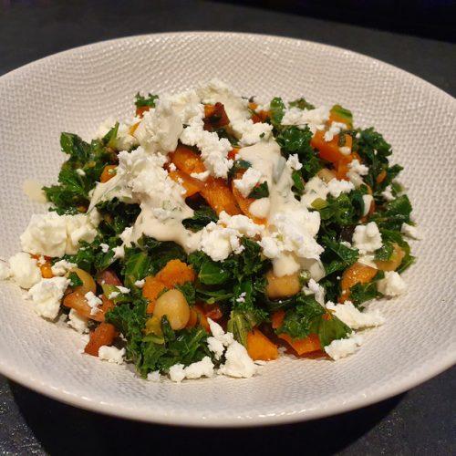 Salade met boerenkool, zoete aardappel, feta en hummusdressing
