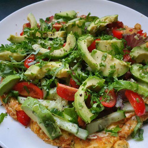 Groenten omelet met avocado